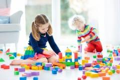 Игра детей с блоками игрушки игрушки иллюстрации детей 3d Стоковые Фото