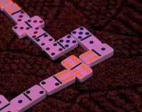 Игра домино, выигрыш над оппонентом стоковые изображения