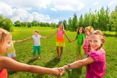Игра девушек в парке Стоковые Изображения RF