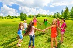 Игра девушек в парке Стоковое фото RF