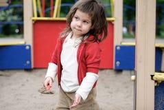 Игра девушки в коробке песка Стоковые Фотографии RF