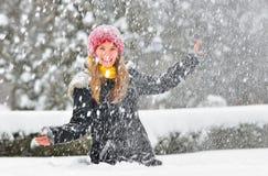Игра девушки подростка с снегом Стоковое фото RF