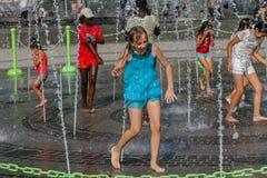 Игра детей в фонтане Стоковое фото RF