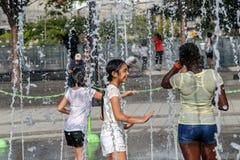 Игра детей в фонтане Стоковые Изображения RF