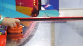 Игра детей в хоккее воздуха в развлекательном центре ` s детей видеоматериал