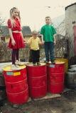 Игра детей на барабанчиках сброса стоковая фотография