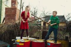 Игра детей на барабанчиках сброса стоковые изображения