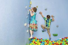 Игра детей на взбираясь стене Стоковые Фотографии RF