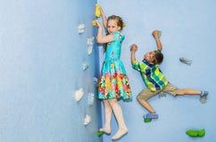 Игра детей на взбираясь стене Стоковое Фото