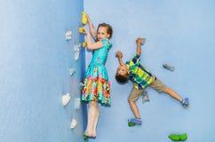 Игра детей на взбираясь стене Стоковая Фотография RF