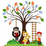 Игра детей под деревом Стоковое Фото