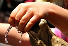 """Игра детей с фонтаном лягушки в """"ToruÅ, Польше стоковая фотография"""