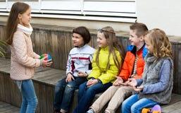 Игра детей с шариком Стоковое Изображение