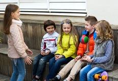 Игра детей с шариком Стоковое фото RF