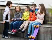 Игра детей с шариком Стоковые Фото