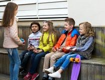 Игра детей с шариком Стоковые Фотографии RF