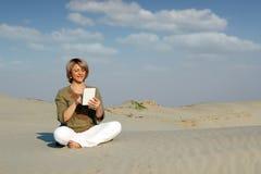 Игра женщины с ПК таблетки в пустыне Стоковое Изображение RF