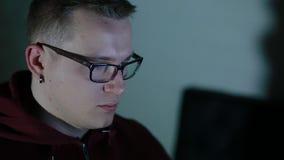 Игра игры молодого человека используя мышь closeup видеоматериал