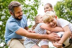 Игра и бой семьи над футболом стоковые изображения