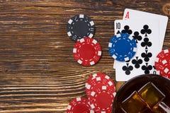 Игра карточек от взгляд сверху, с стеклом вискиа там место для надписи Стоковое фото RF