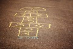 Игра классиков будучи нарисованным с мелом на асфальте Популярная игра улицы стоковая фотография rf