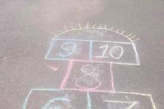 Игра классиков на асфальте в парке Покрашенный с красочными мел стоковые фото
