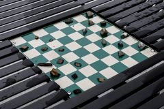 Игра контролеров будучи игранным с камнями для частей дальше построенных внутри Стоковое Изображение