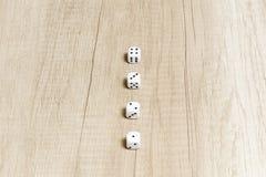 Игра кости на деревянном столе Стоковое Изображение RF