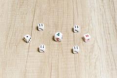 Игра кости на деревянном столе Стоковые Изображения RF