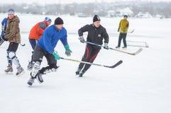 Игра людей группы активная hokey на замороженном реке Dnipro в Украине стоковое фото rf