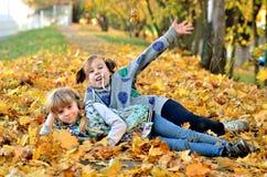 Игра маленьких девочек outdoors в сезоне осени стоковые изображения rf