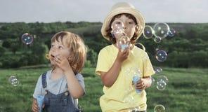 Игра мальчика в пузырях стоковые изображения rf