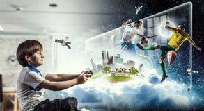 игра мальчика играя видео Мультимедиа стоковое фото rf