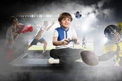 игра мальчика играя видео Мультимедиа стоковое изображение rf