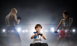 игра мальчика играя видео Мультимедиа стоковая фотография