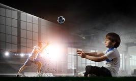 игра мальчика играя видео Мультимедиа стоковое фото