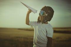 Игра, мальчик играя для того чтобы быть классическим пилотом, нося меховую шапку, glas Стоковое Фото