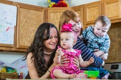 Игра матерей с их младенцами Стоковая Фотография