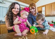 Игра матерей с их младенцами Стоковые Фотографии RF