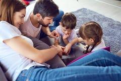 Игра матери, отца и детей совместно стоковые изображения