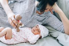 Игра матери с ее newborn младенцем игрушка плюшевого медвежонка Стоковое Фото