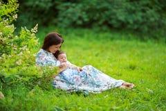 Игра матери с летом сына младенца Стоковая Фотография