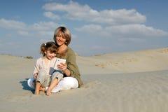 Игра мати и дочи с таблеткой Стоковое Фото