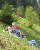 игра мати травы ребенка Стоковое фото RF