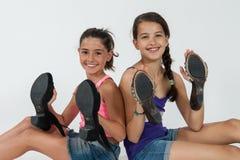 Игра маленьких девочек с ботинками мамы Стоковые Изображения