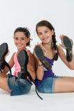 Игра маленьких девочек с ботинками мамы Стоковая Фотография RF