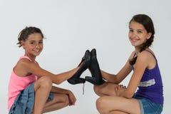 Игра маленьких девочек с ботинками мамы Стоковое Изображение