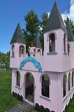 Игра маленькой девочки претендует быть принцы стоковое изображение rf