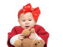 Игра маленькой девочки с медведем стоковые изображения rf