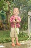 Игра малыша с спрейером Стоковое Изображение RF